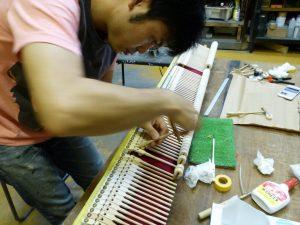 ヤマハC3のハンマー・黒鍵交換作業と鍵盤のガタつき修理
