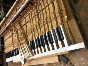 ピアノ鍵盤の白鍵と黒鍵の張替え作業